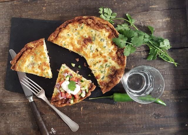 Omelet med oksekød og grøn topping