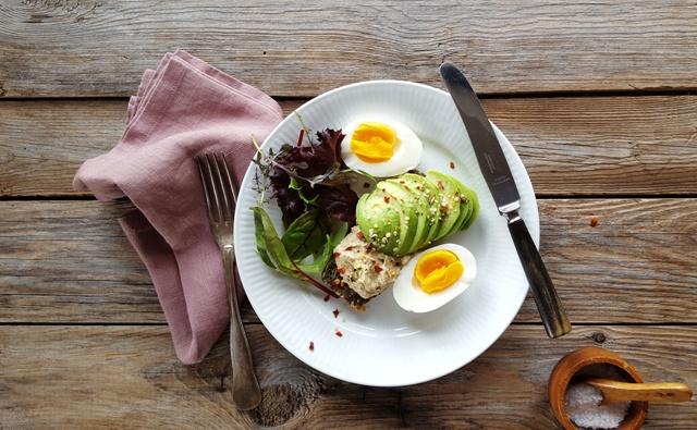 Humus på pæleobrød med avokado og æg