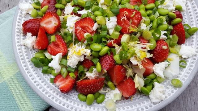 Fyldig salat med edamame bønner, jordbær og kål