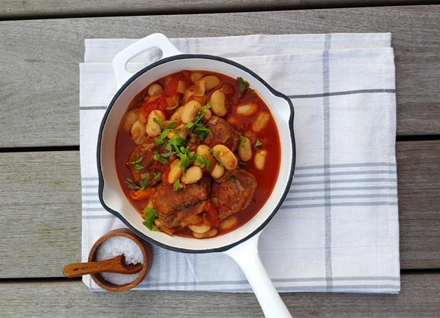 Svinekæber og butterbeans i tomatsovs