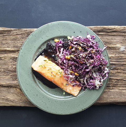 Ovnbagt laks, balsamico-glace og quinoasalat
