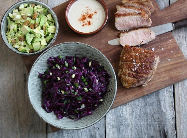 Stegt andebryst og to slags kålsalater