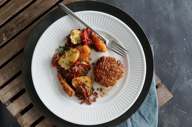 Karbonade og salat med linser og bagte grøntsager