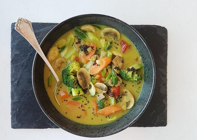 Karrysuppe med grøntsager og quinoa