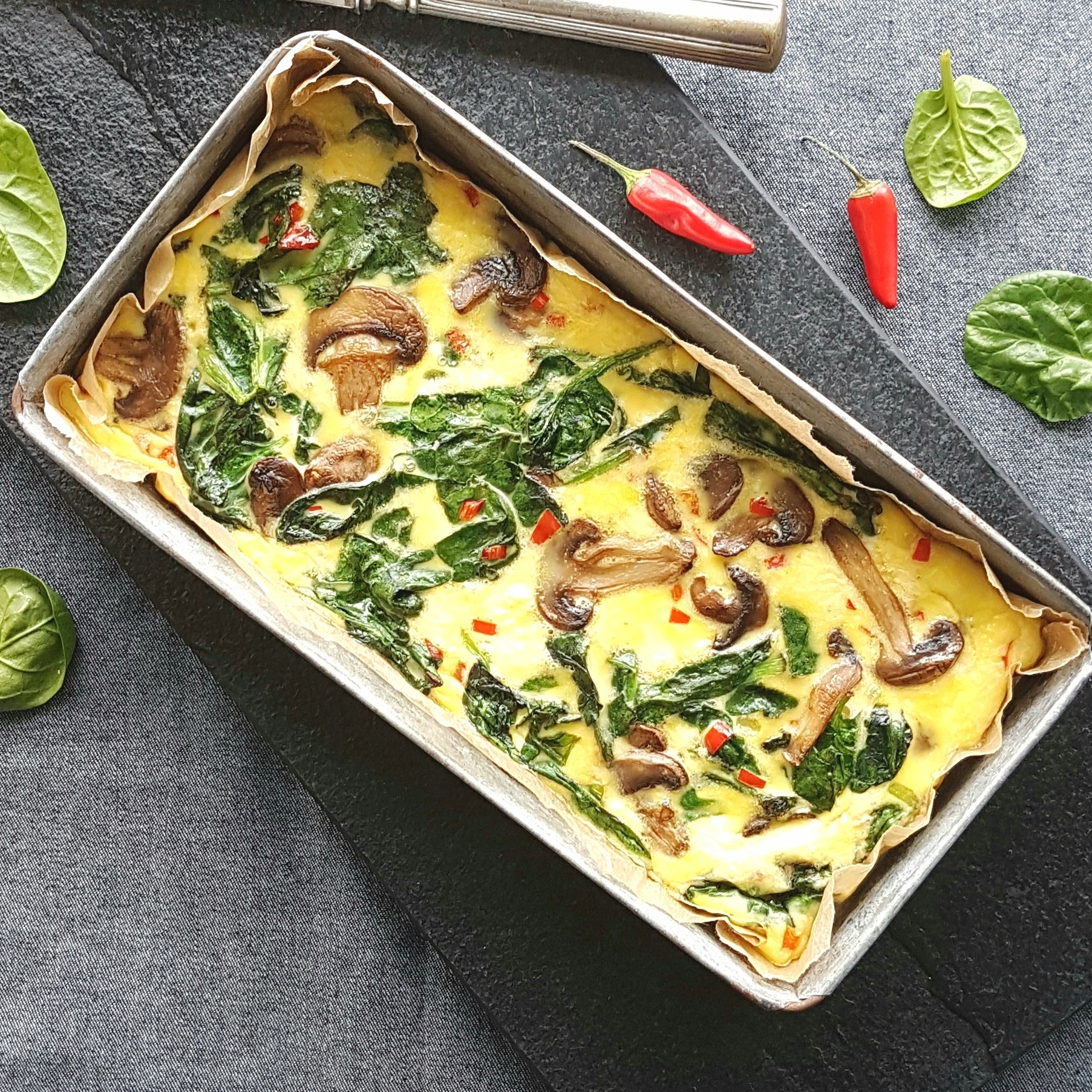 Omelet med spinat og champignon