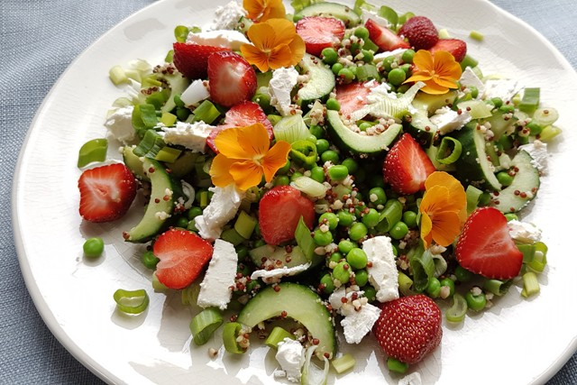 Quinoasalat med jordbær, ærter og feta