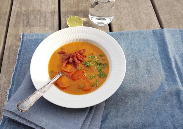 Rød linsesuppe med bacon og tomat