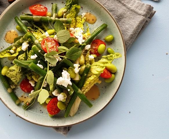 Salat med edamame bønner, grønne bønner og feta