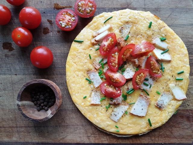 Omelet med kylling, ost og tomat