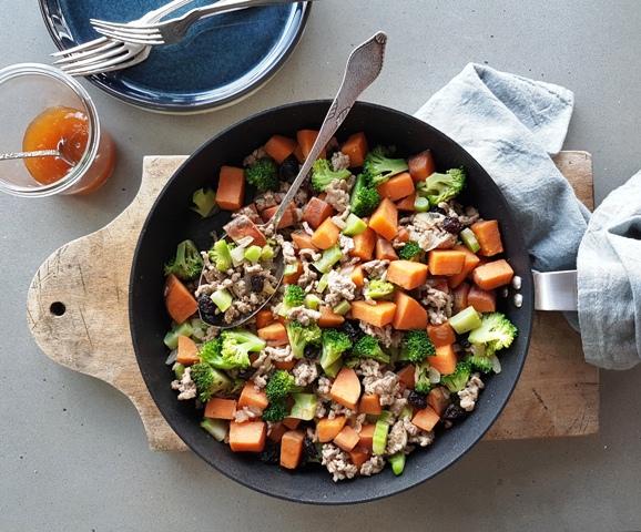 Gris med sød kartoffel og broccoli
