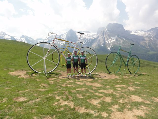 Not quite sure what the story is with the giant bikes on the top of the Abisque, but we decided to have a photo anyway! I did try to climb them... but its much harder than it looks!