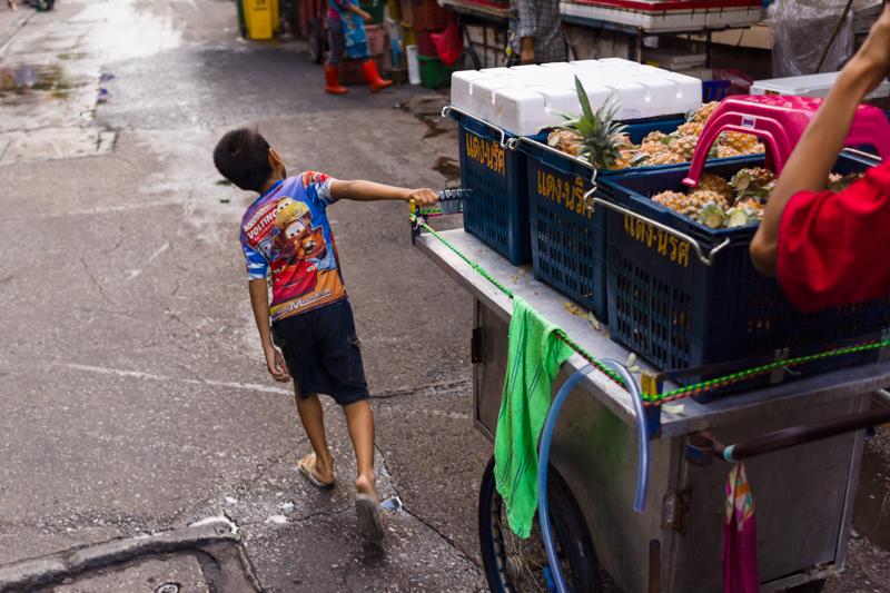 bangkok_street_pineapple