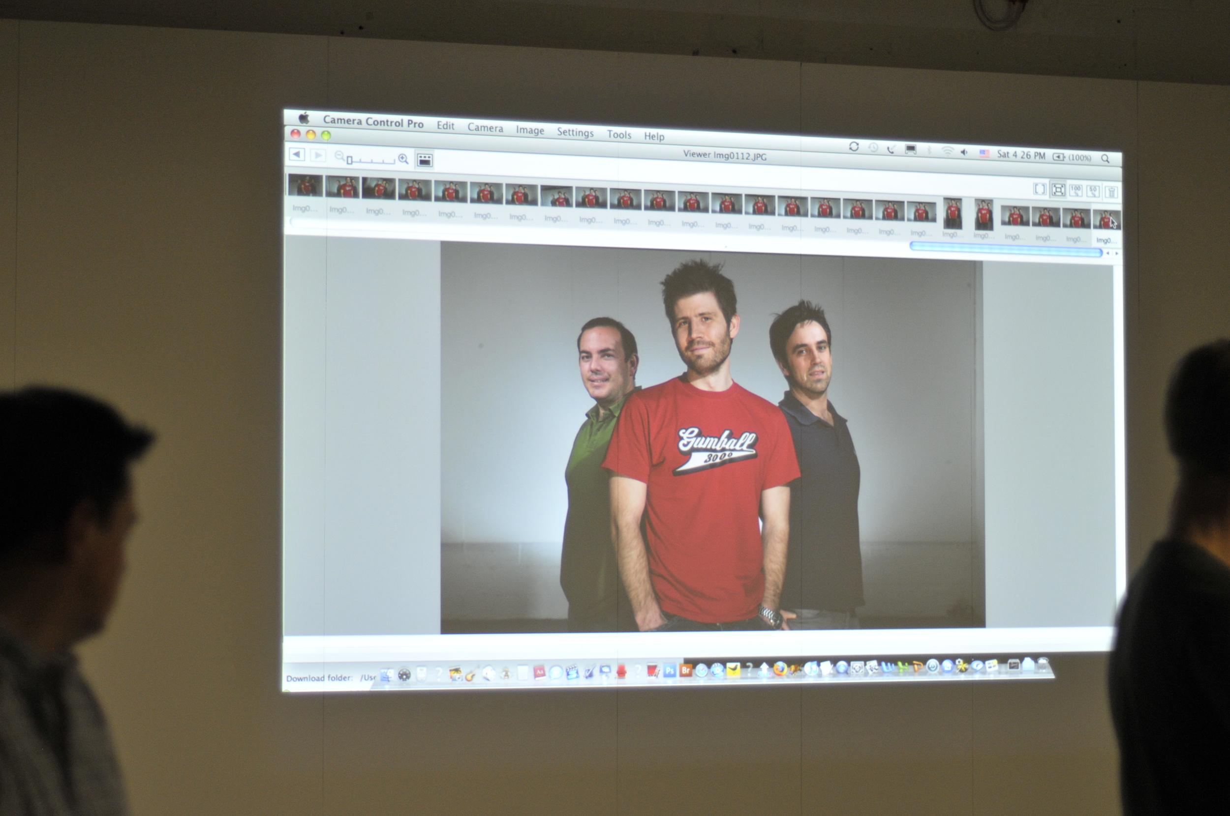 Pablo Salgado a la izquierda. La foto proyectada fue tomada por David Hobby en Londres, 2007.