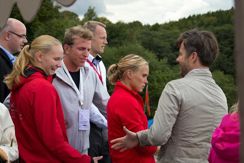Kronprins Frederik hilser på en af de mange frivillige hjælpere (Pernille Knudsen), der hjalp til ved stævnet.