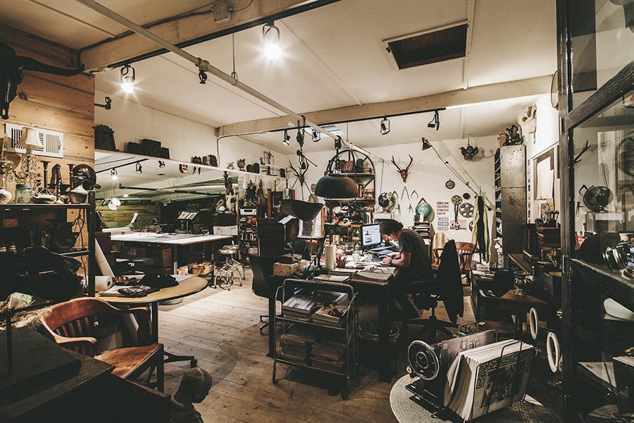 Trade XL |  U.S.A  | Noir + CFC Furniture