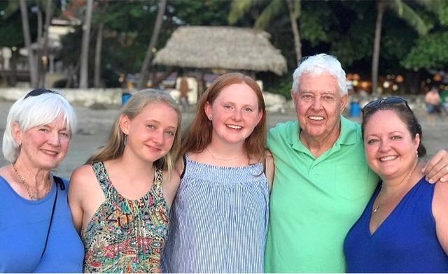 Jorie y Julia Bachus con su familia.