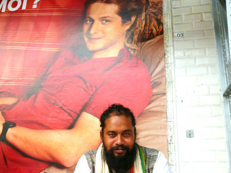 Akass Fakir, a meek sâdhu of West Bengal, is posing in the Parisian metro.    July 2012