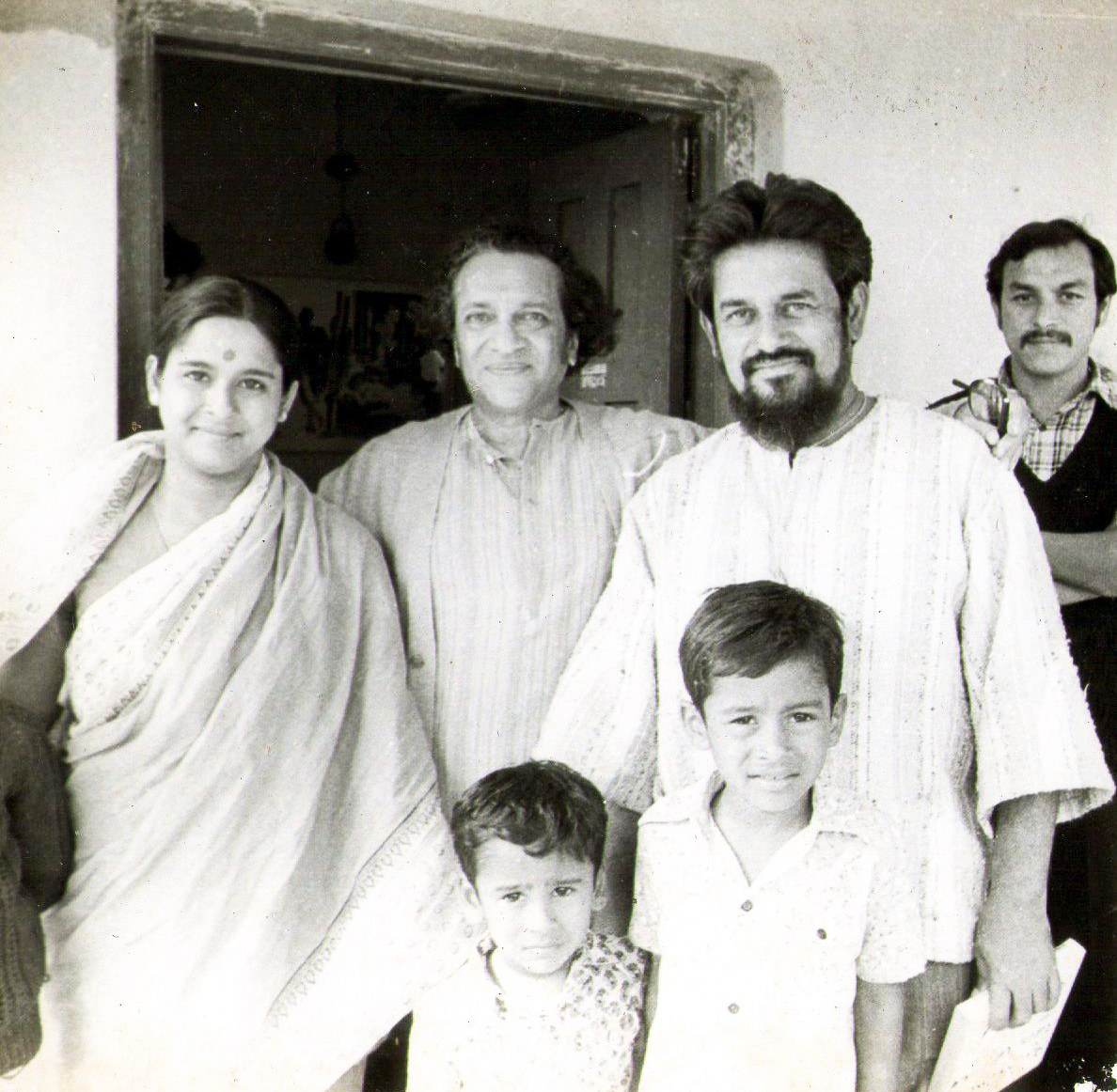 From left to right: Ajanta Roy Chowdhury, Pandit Ravi Shankar, Sarbari Roy Chowdhury and the kids, Saurav and Sougata © Courtesy Roy Chowdhury, private collection / Uncredited