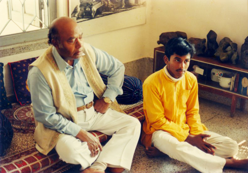 Ustad Ali Akbar Khan and his young shishya Sougata Roy Chowdhury, at home in Santiniketan © Courtesy Roy Chowdhury, private collection / Uncredited