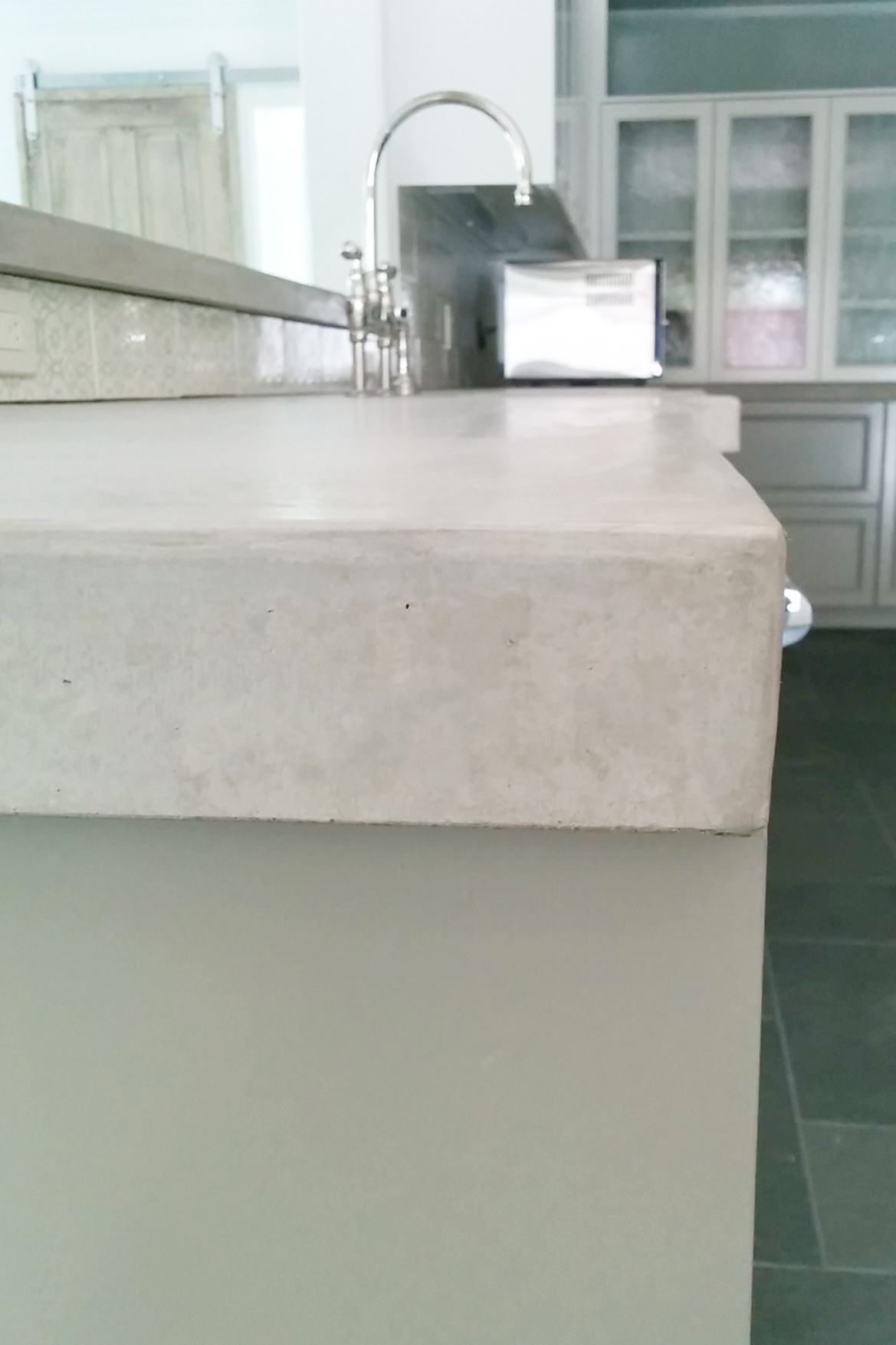 Detail of concrete kitchen counter by Gunnels's Concrete in Houston Texas.