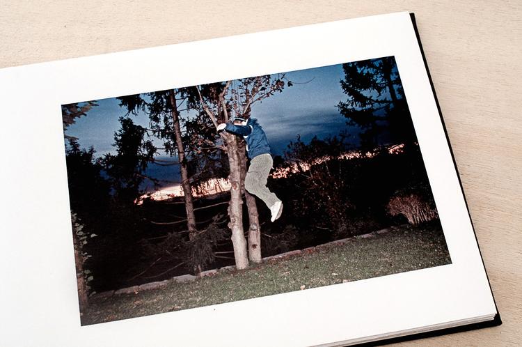 La stampa ink jet rappresenta la soluzione ideale per avere stampe fotografiche di qualità professionale per il vostro HBook, con colori straordinariamente brillanti e un dettaglio dell'immagine molto elevato.  Abbiamo scelto di utilizzare la tecnologia di stampa inkjet Epson che utilizza inchiostri a pigmenti di ultima generazione Ultra Chrome K3 vivid magenta.  Gli inchostri K3 migliorano decisamente il bilanciamento globale dei grigi ed eliminano i problemi cromatici grazie all'introduzione di un nuovo colore, il nero Light. I pigmenti a elevata densità degli inchiostri Epson che utilizziamo aiutano a realizzare stampe con una gamma cromatica estremamente ampia che consente di riprodurre i colori osservati quando si scatta la foto.  I pigmenti presentano inoltre un rivestimento in resina che conferisce lunga durata alle stampe, un controllo preciso dei colori e un'assenza quasi totale del metamerismo, rendendo questi inchiostri ideali per i supporti fine art e carte fotografiche professionali.  CARTA utilizzata:   ILFORD Premium Galerie Lustre Duo  è una carta con finitura opaca da 220 g/mq, con rivestimento in resina stampabile fronte e retro. Offre un'ottima lucentezza ed un elevato grado di dettaglio dell'immagine. Garantisce elevata nitidezza e un'ampia gamma tonale nel rispetto dei colori delle vostre immagini tale da renderla ideale per tutti i generi di fotografia.