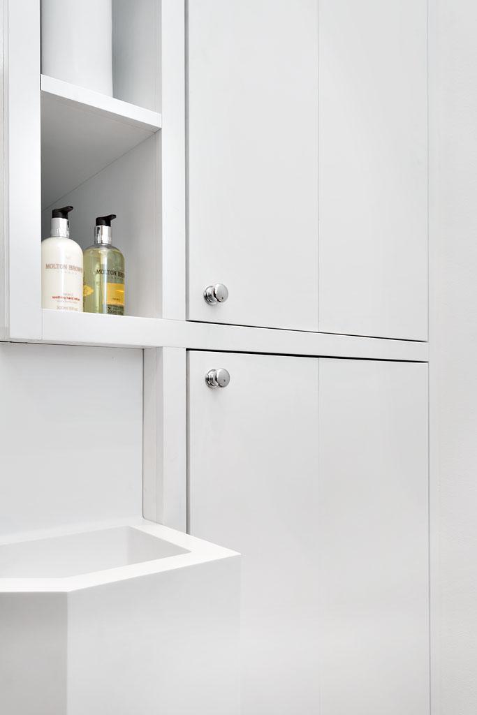 Vasken er spesialtstøpt i Corian, slik at den blir enda mer plassbesparende.