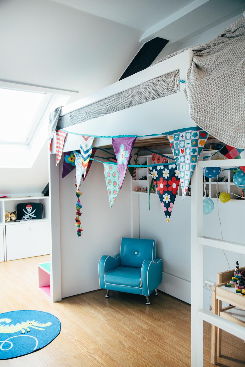 Seng i barnerom med innebygd settekasse