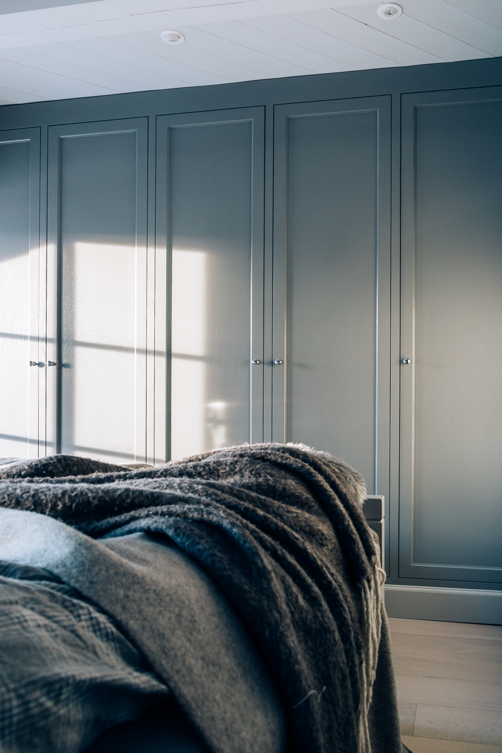 Garderobeløsningen har fronter i gråmalt eik og har profiler som passer perfekt inn med resten av interiøret.