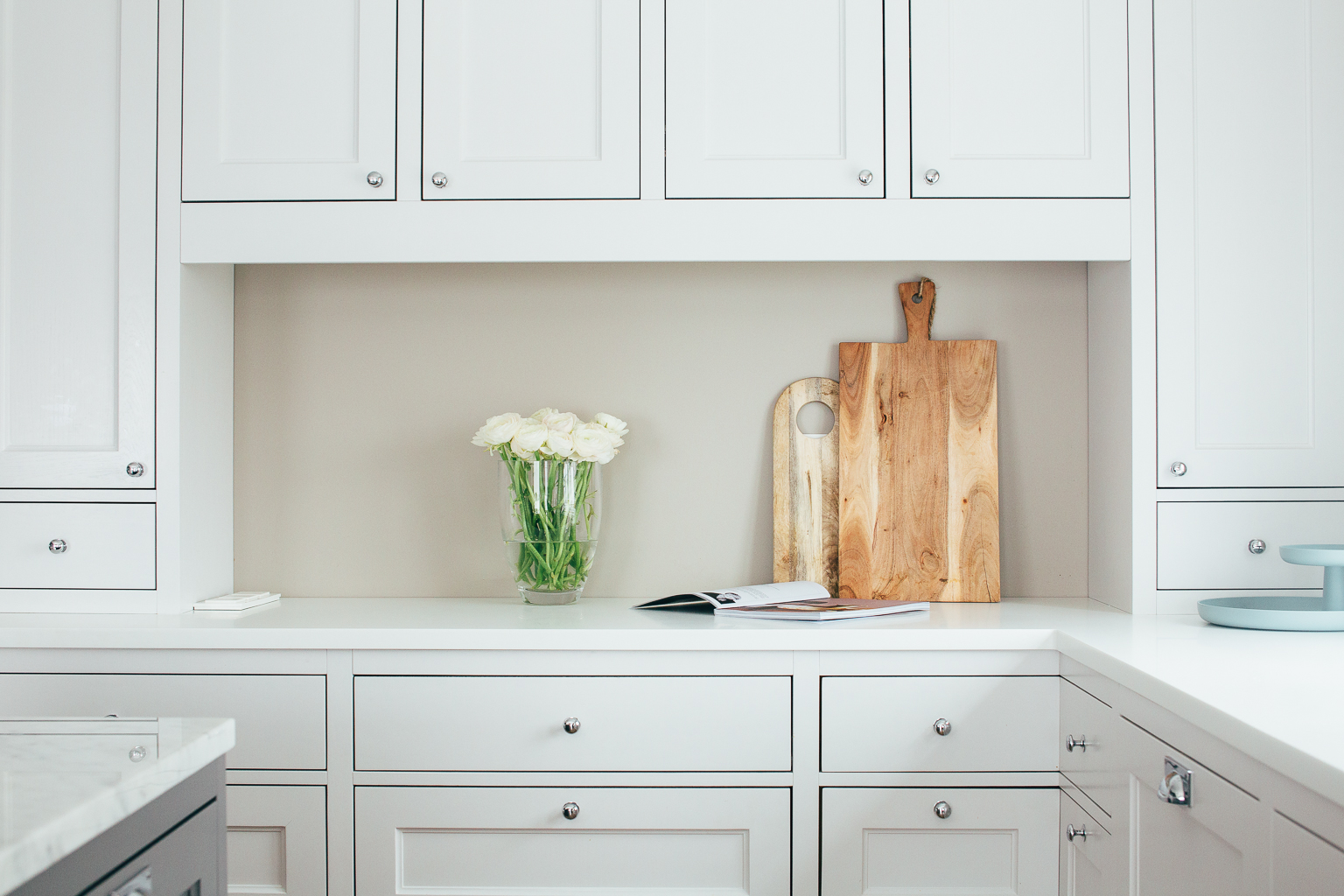 Kjøkkenet har gode arbeidsflater. Benkeplaten langs veggen er designet i Corian og har integrert vask.