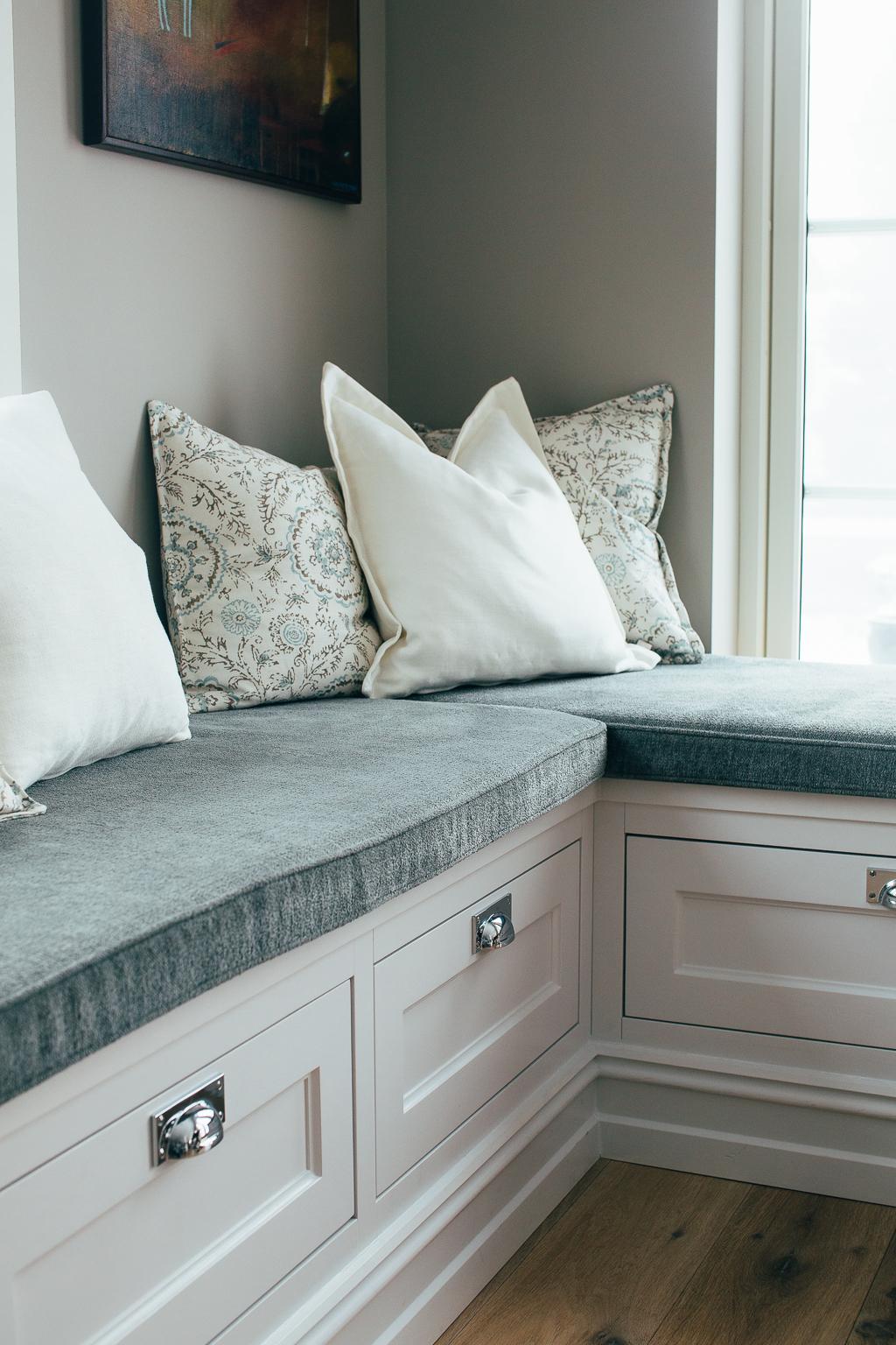 Kjøkkenenbenken forvandles smidig om til en sittebenk og lager et koselig frokosthjørne. Sofaputen er sydd etter mål og under benken er det muligheter for oppbevaring i skuffene.