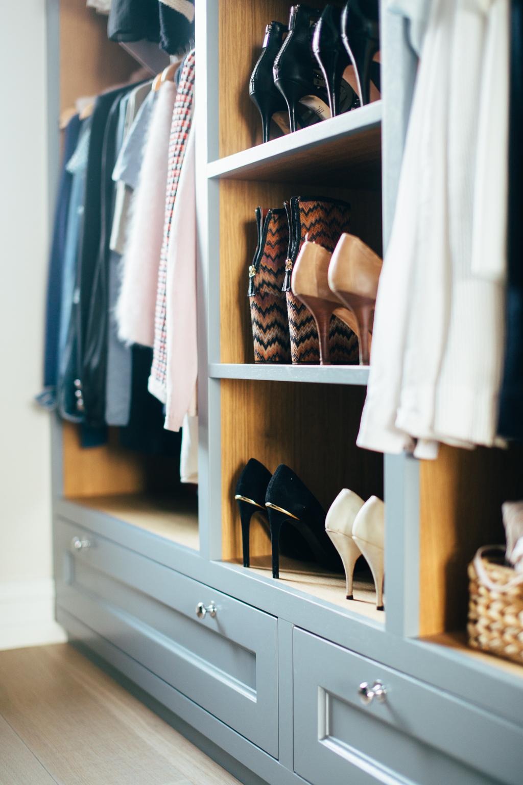 Walk-in-garderoben er skreddersydd etter eiernes behov og deres klær og sko.