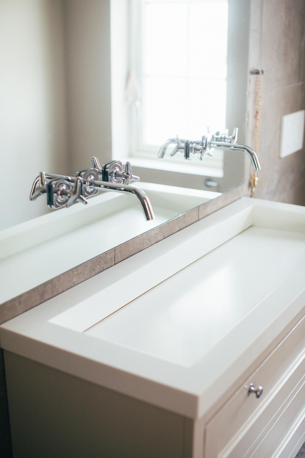 Vasken er støpt i Corian og heller mot detintegrerte sluket.