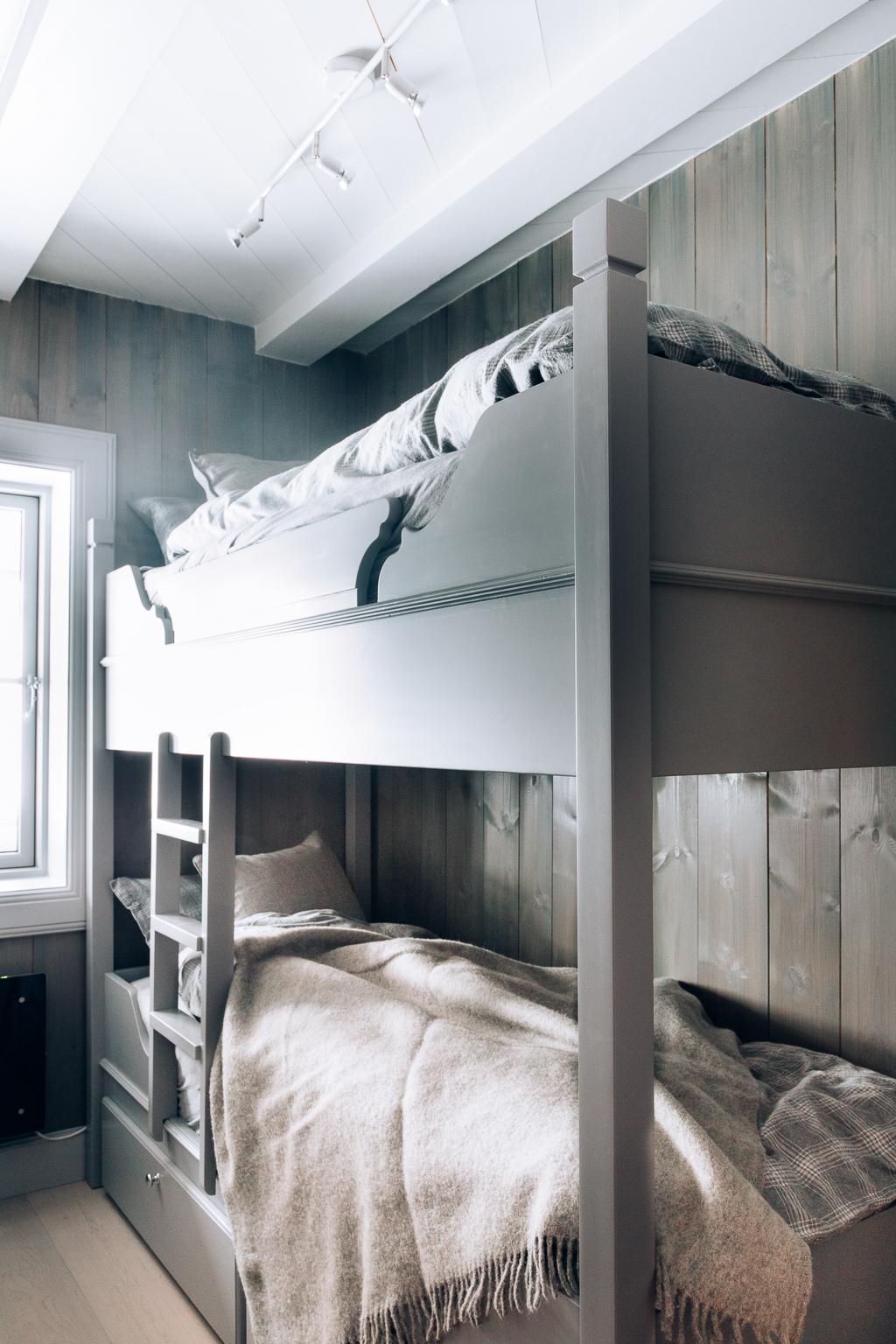 Alle sengene har oppbevaringsskuffer.