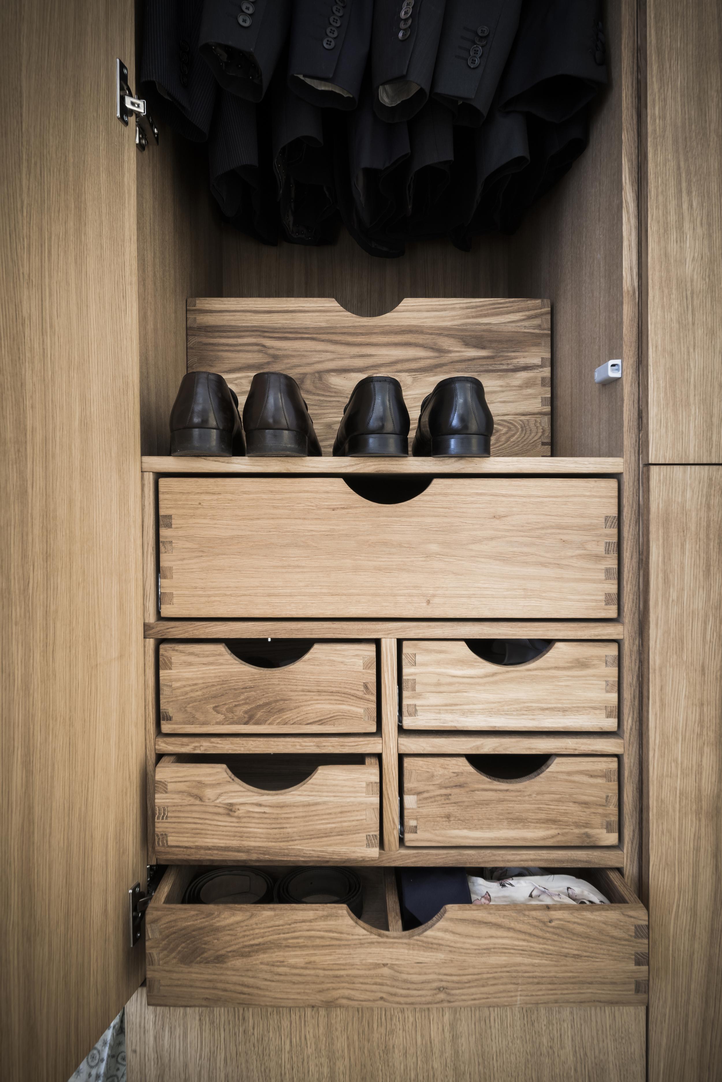 Praktiske løsninger i garderobeskapet. Her er det plass til både klær og sko.