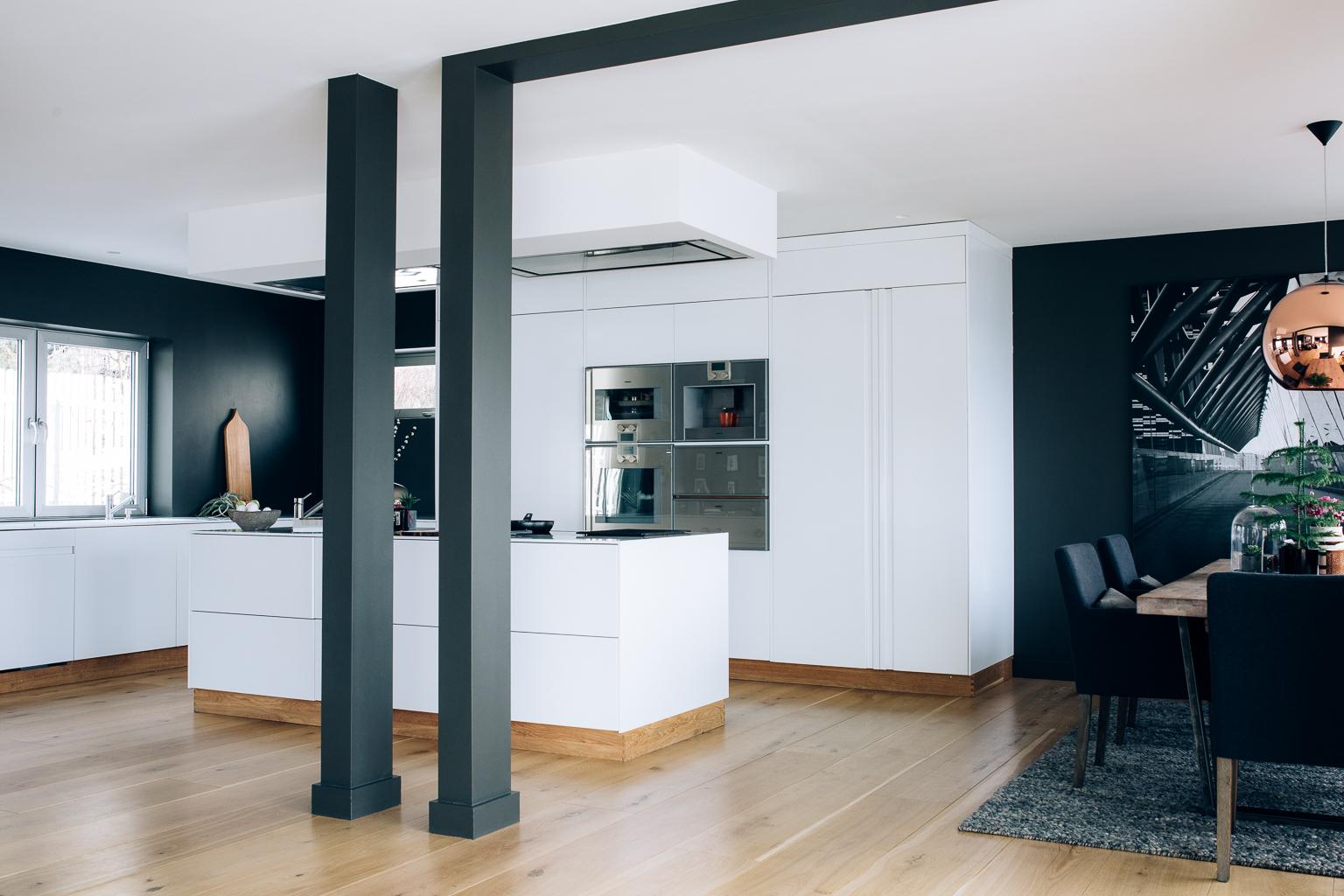 Kjøkkenet har en åpen løsning til spisestue og stue. Kjøkkenøya gir ekstra arbeidsplass.