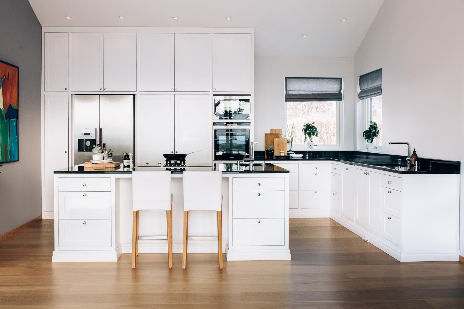 Rommet er høyt under taket og kjøkkenet er tilpasset skråtaket.