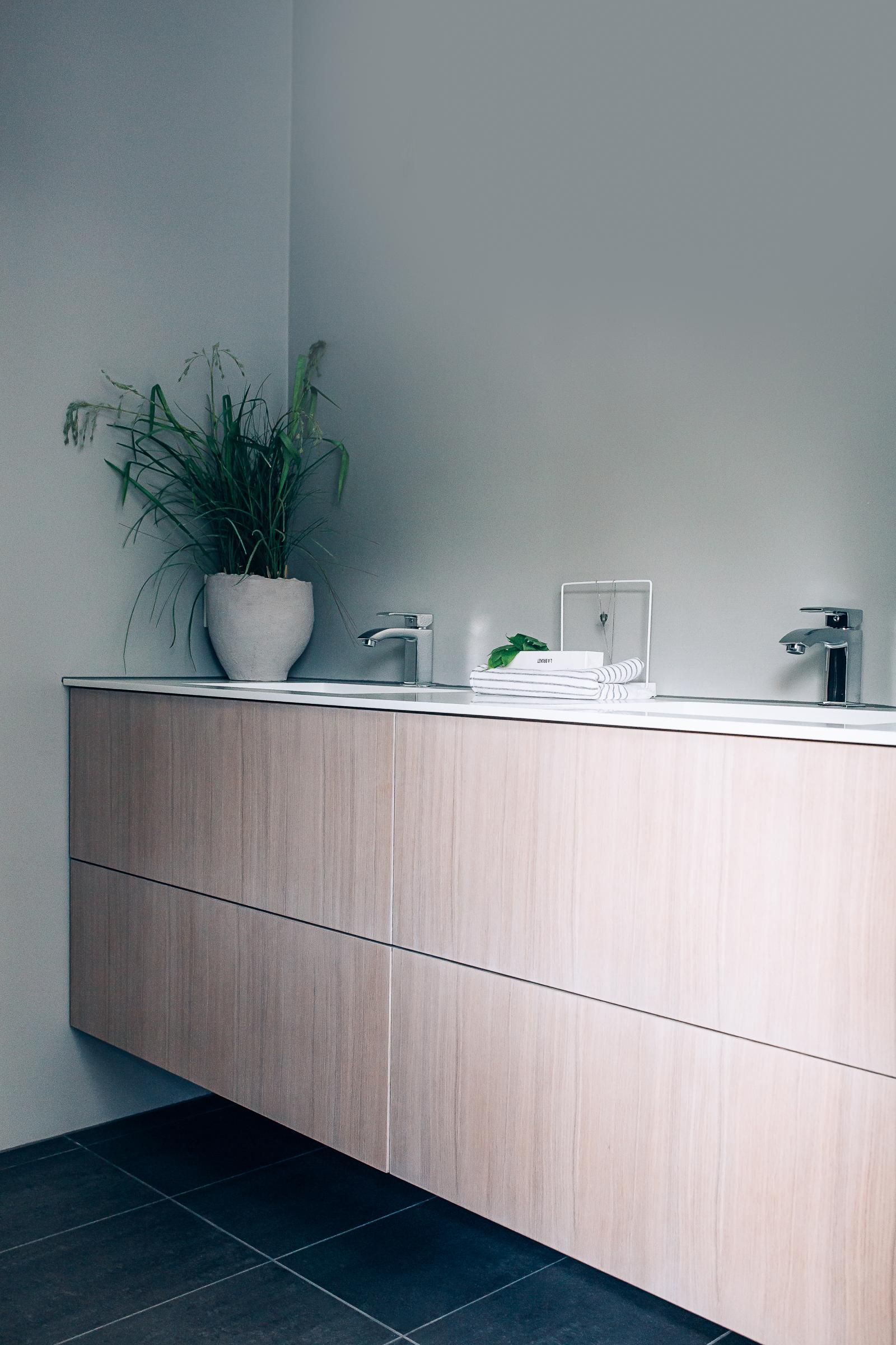 Baderomsmøbelet er tilpasset rommet etter eksakte mål.
