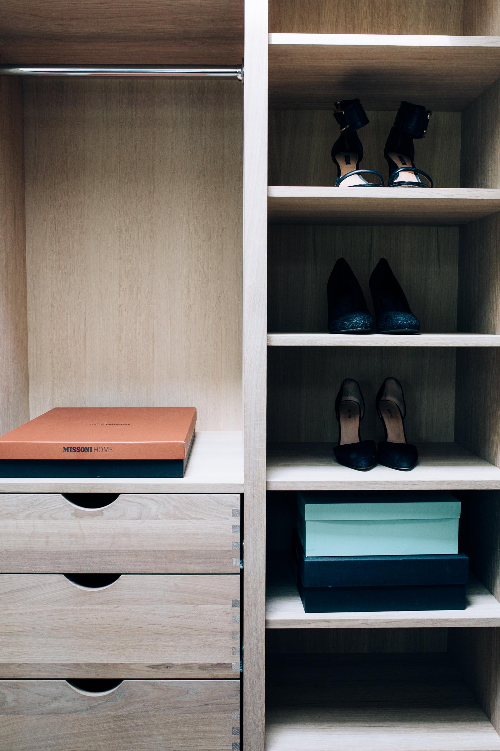 Garderoben har en åpen løsninger med skuffer og hyllesystem. Ved å planlegge garderoben nøye, er det enkelt å holde den ryddig.