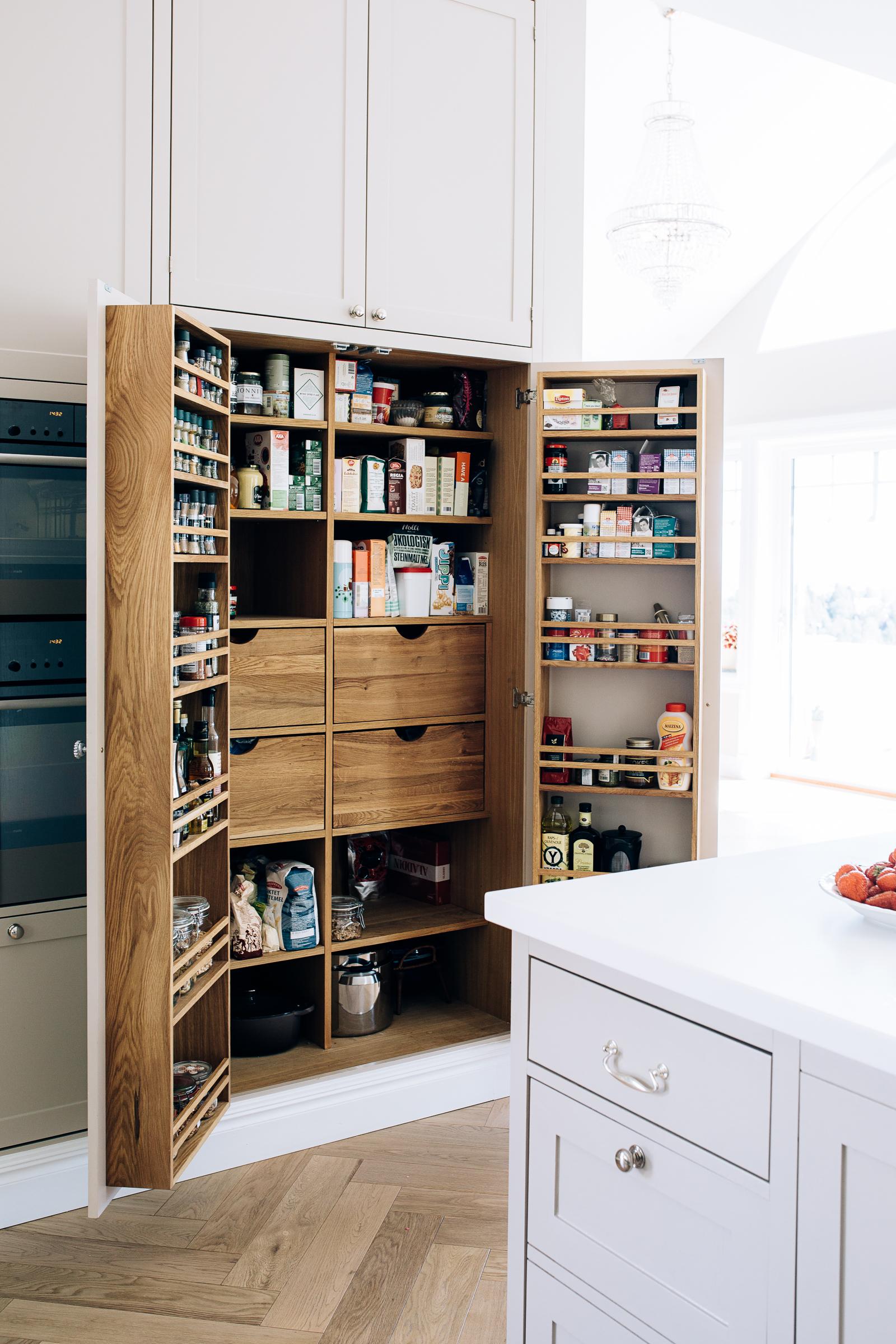 Stort pantry med dobbeltdører.