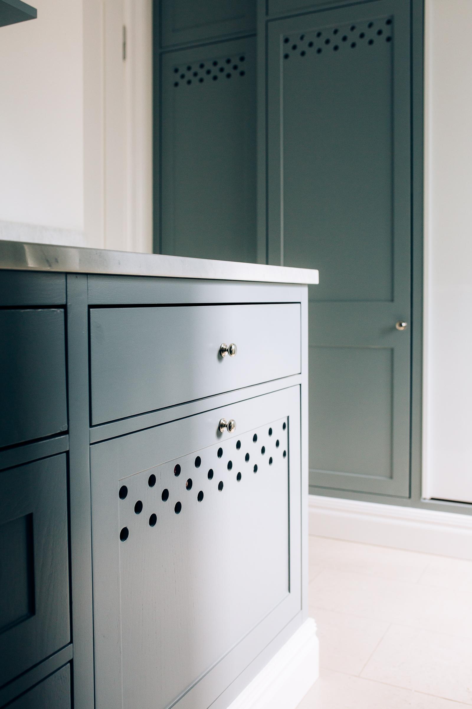 Vaskerommet har innebygget skittentøyskurver. Skuffene er utstyrt med luftehull, slik at klærne ikke skal holde seg fuktige.