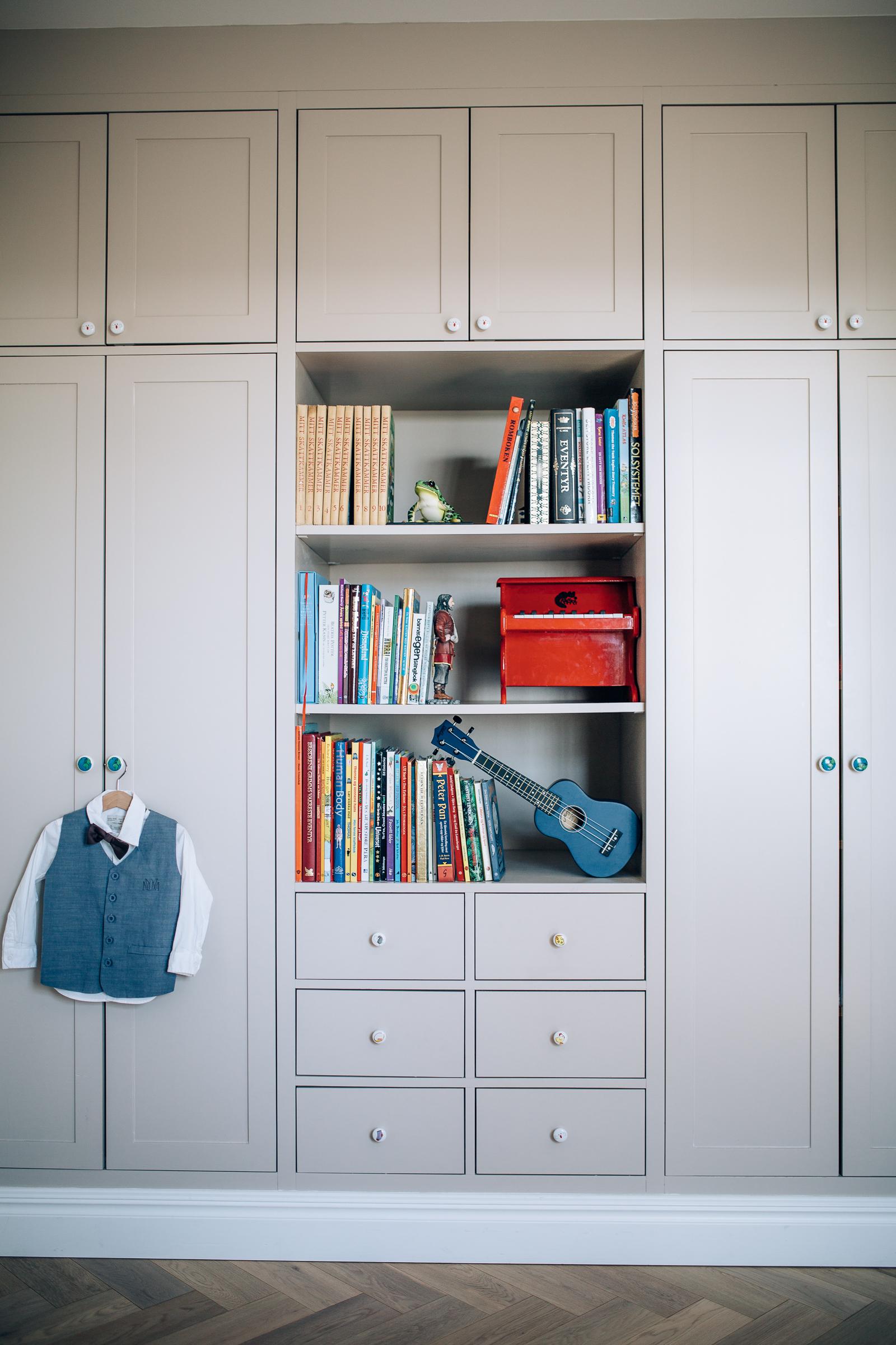 Barnerommene har plassbygde garderober.