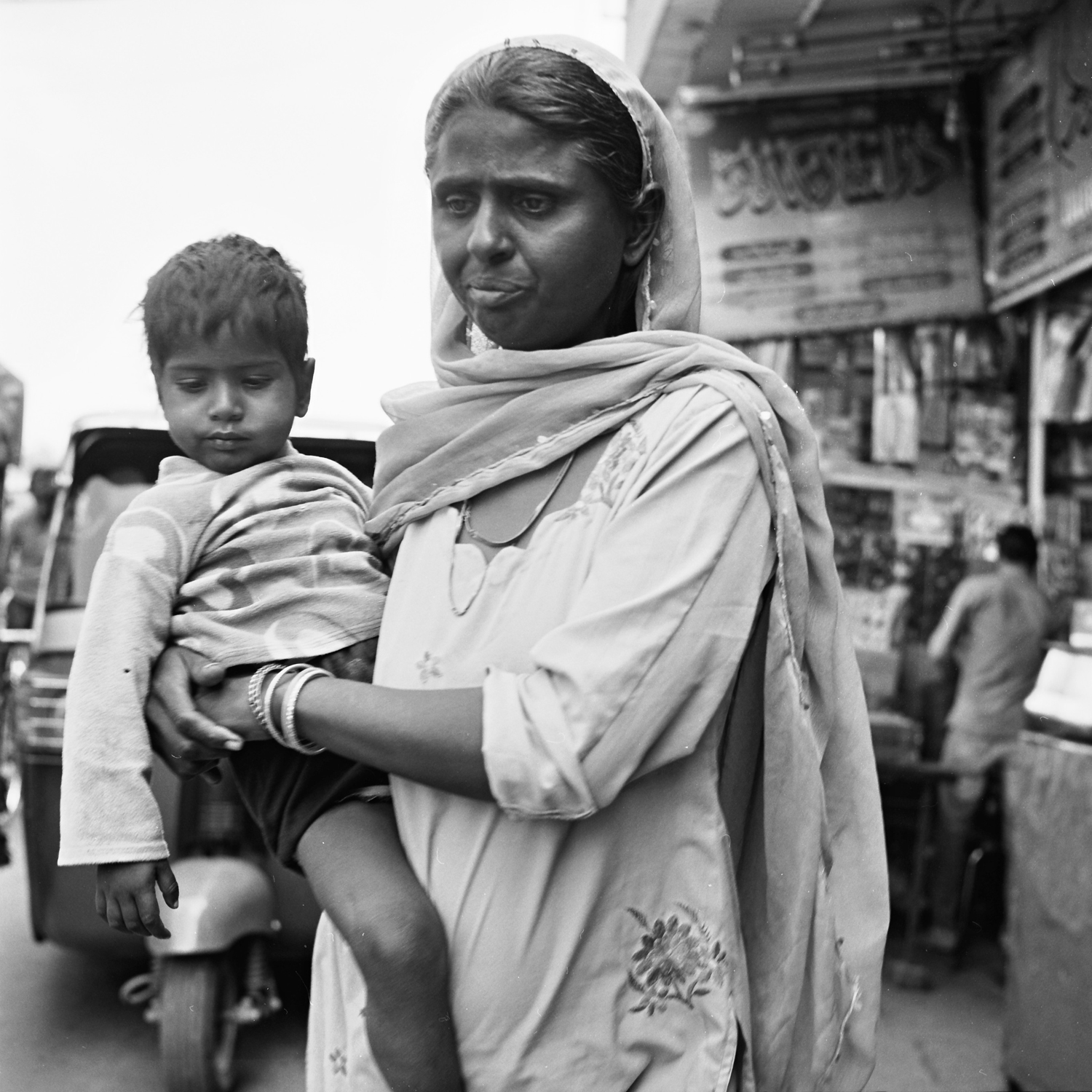 chandni-chowk-mother-son-old-delhi.jpg