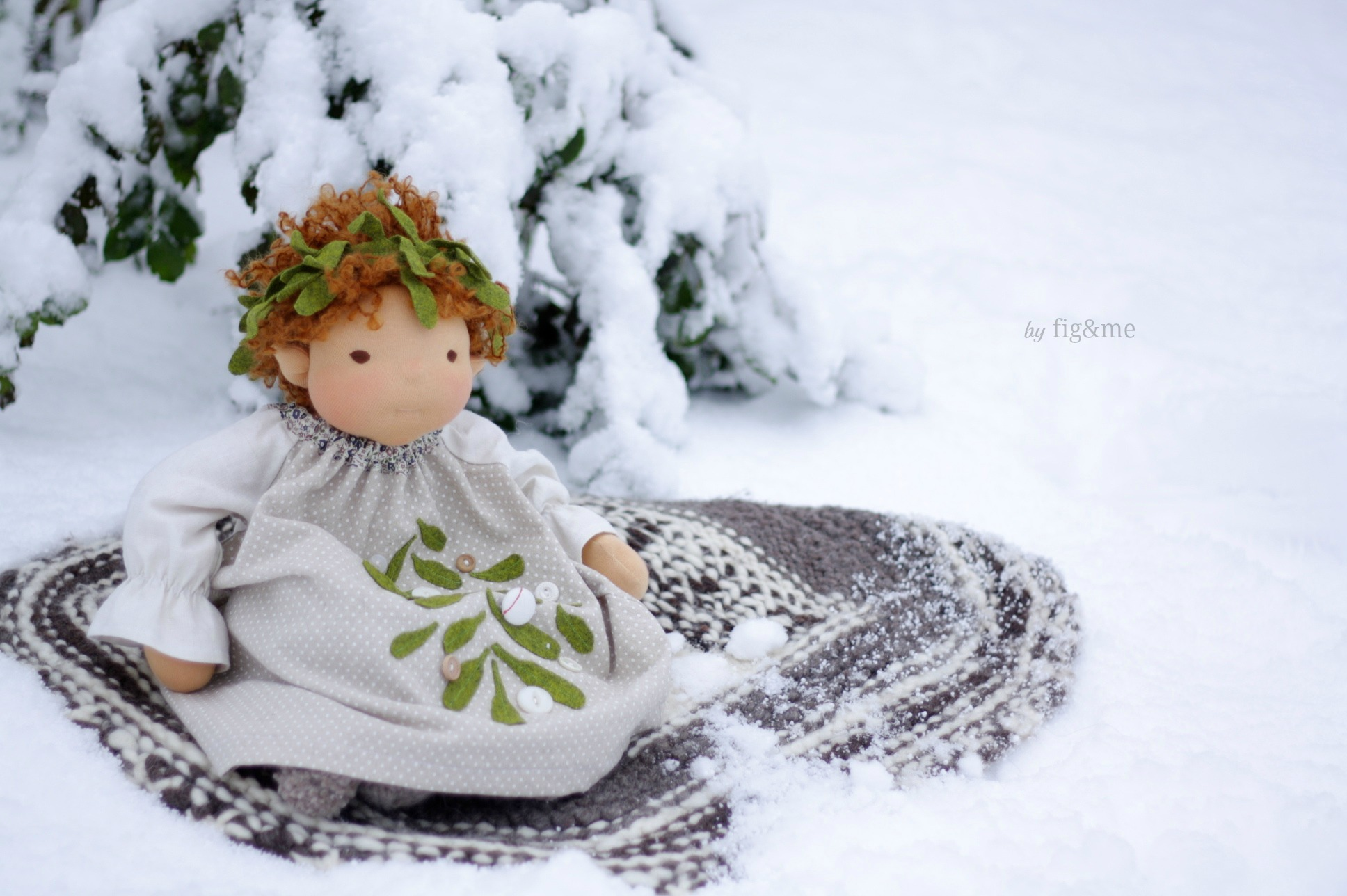 Little Arwen and her Mistletoe outfit, by Fig and me.