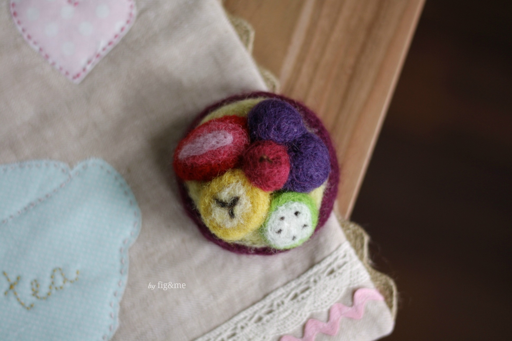 Needle-felted fruit tart by Fig and me.