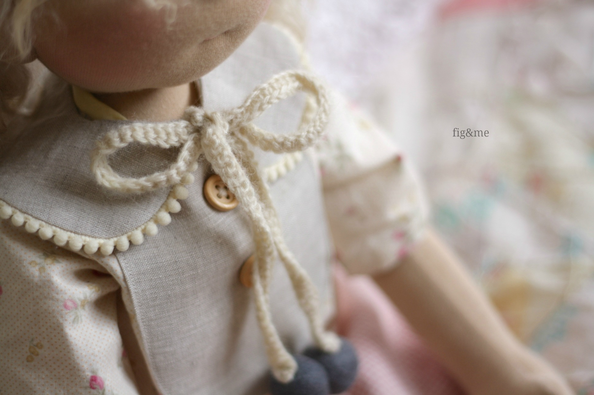 Wool bow, and wool beads (via Fig&me)