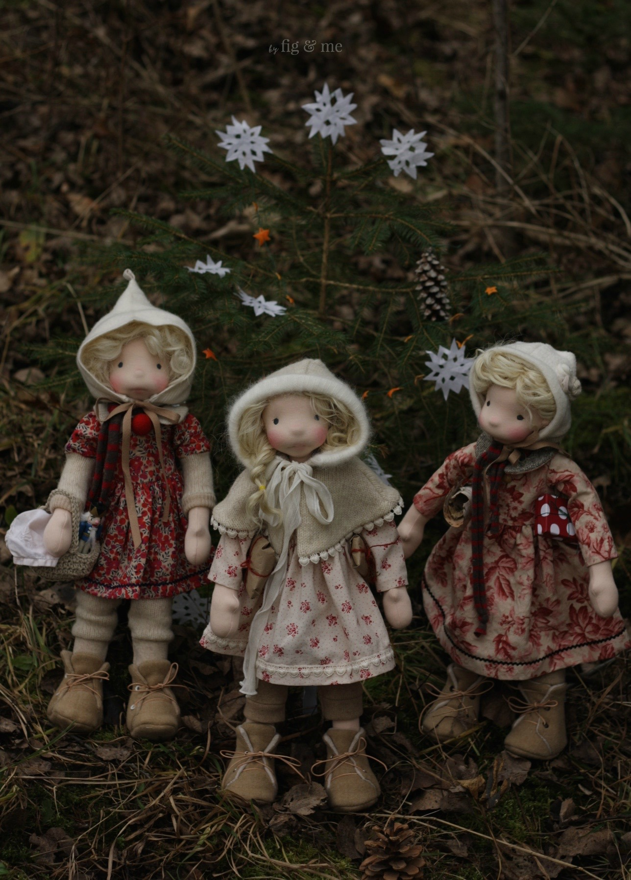 Mahthildis, Freyja and Sigrún, three little sisters dressing a Christmas tree in the forest, by Fig and Me.