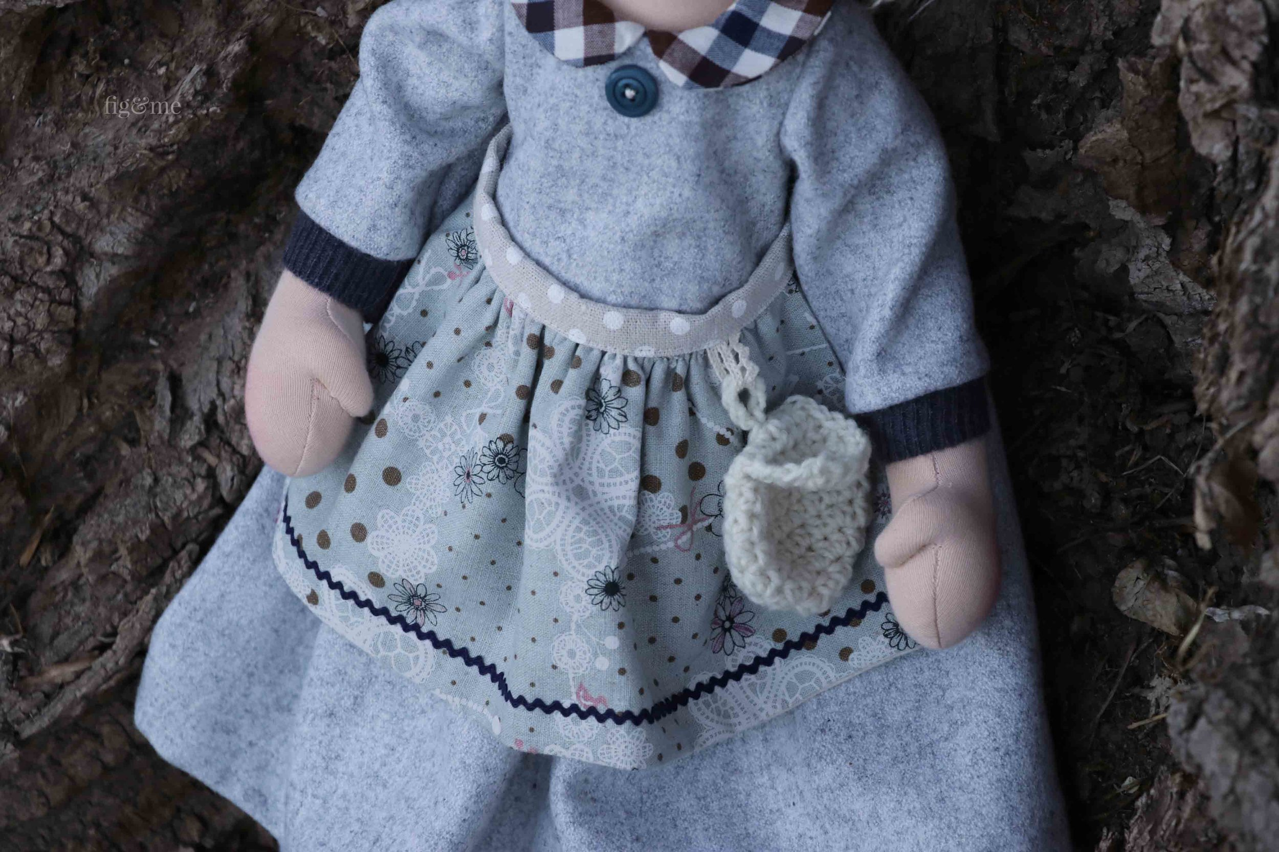 Snow White's clothes are made of wool flannel, linen, wool yarn, cashmere and cotton. All natural fibers used in the creation of this set of dolls. Made by Fig and Me.