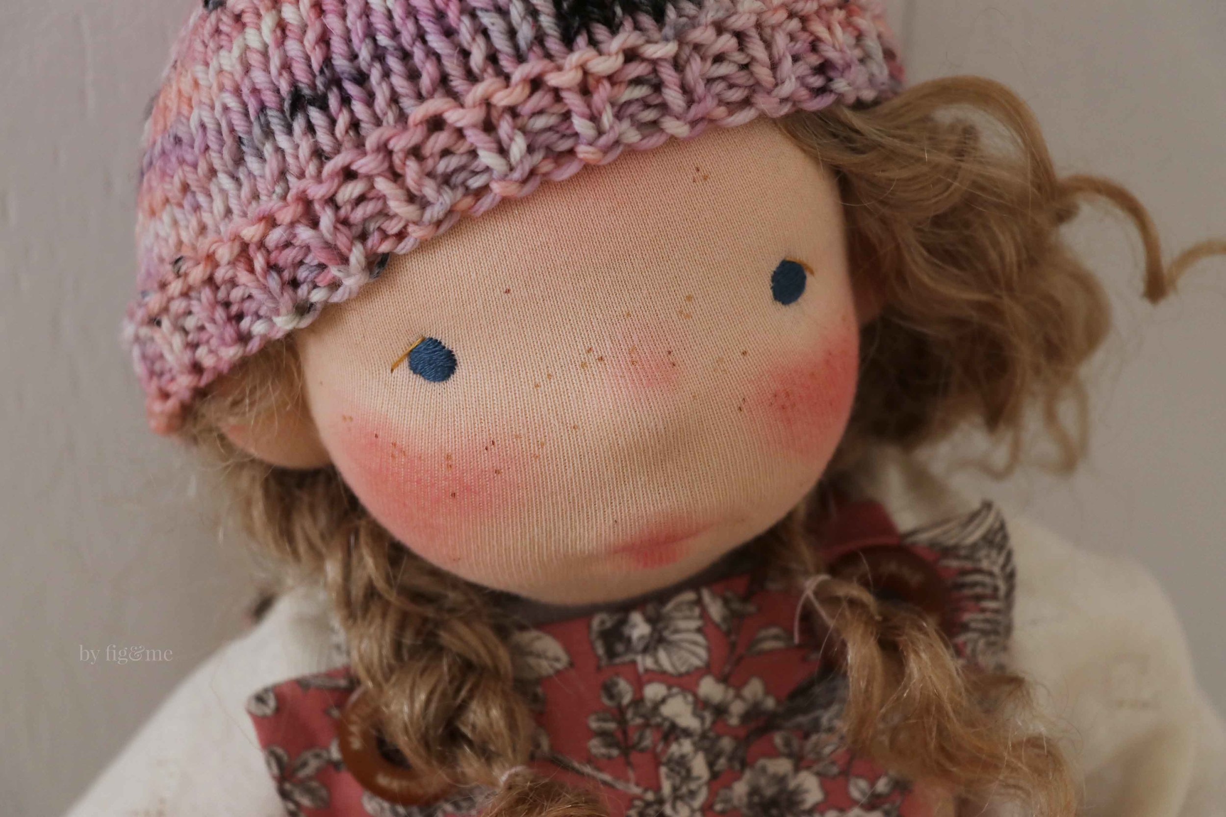 Learn to embroidery doll eyes, sculpt a doll's face in wool and add freckles for a whimsical look. Pattern via Fig and Me.