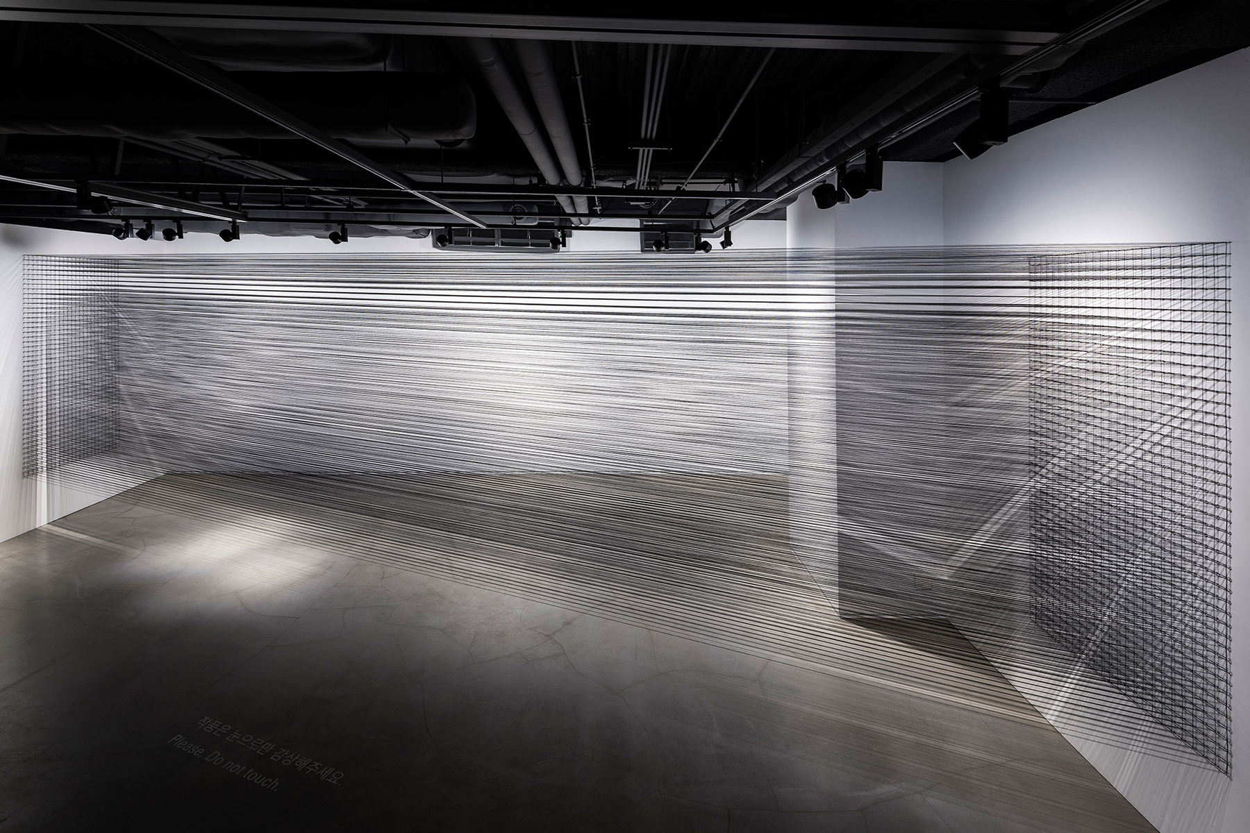 06.EunHyeKang_Flexible Tension_Cotton yarn_Site-specific installation_2018.jpg