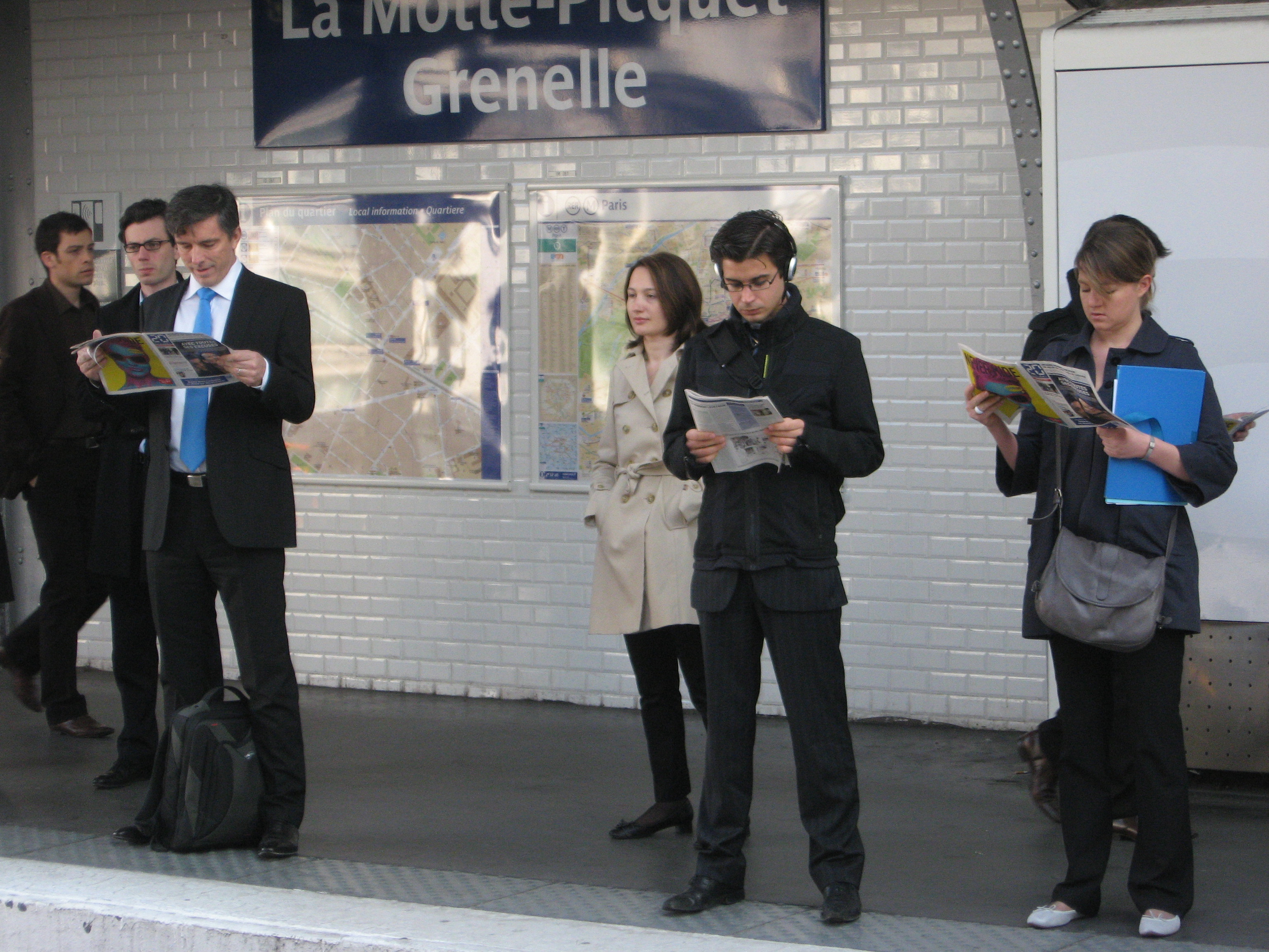 A cast of characters, all looking ahead ignoring each other. Dressed very fashionably. Visaully love the way the blue tie and blue folder connect. There is also an mysterious reflection in the background. No wonder Paris is such an inspirational place for artists.